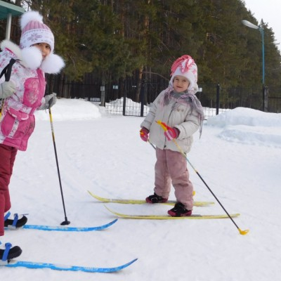 На лыжах. Амина Замалеева и Зарина Феткуллова